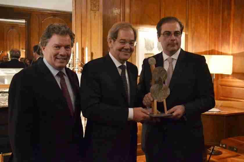 Le délégué général du Québec en France, Michel Robitaille, le président exécutif du Conseil de CGI, Serge Godin et le délégué général du CDEFQ, Benoît Lapointe.