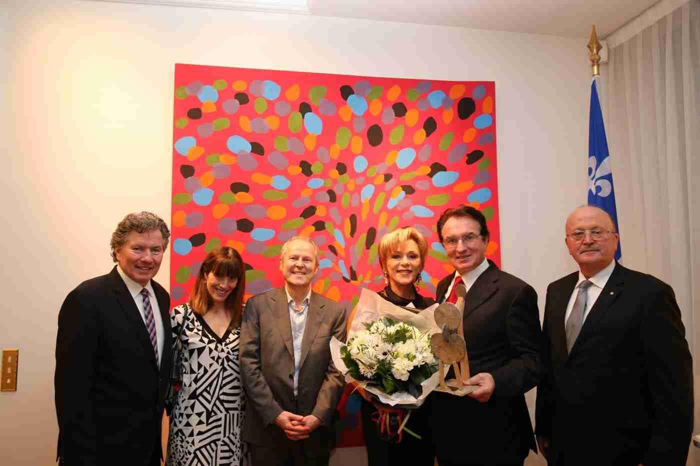 De gauche à droite: le Délégué Général Michel Robitaille, Rachelle Sorin, Administratrice du CDEFQ, Yves Guillemot, Président-Fondateur d'Ubisoft, Monsieur et Madame Le Duff et Jean-Luc Alimondo, Président du CDEFQ.